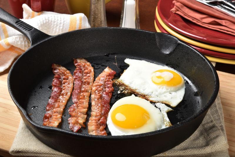 平底锅内的培根和煎蛋