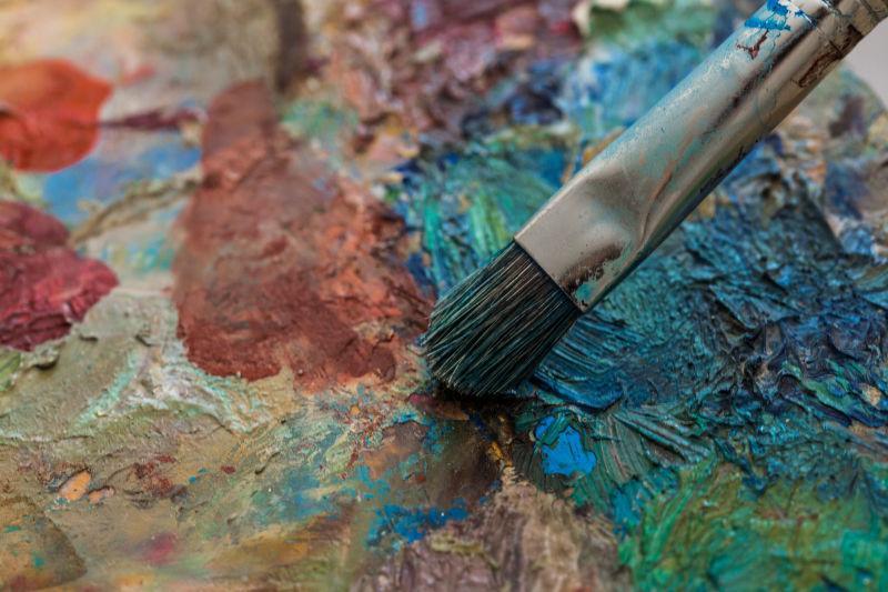 旧调色板和油漆刷