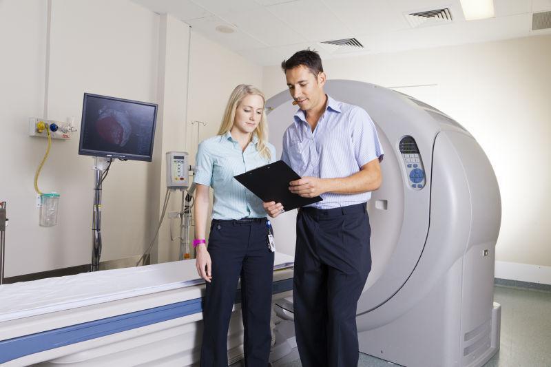 欧美病人和大夫16p_外科医生给病人检查图片-外科医生和护士手术室给病人检查素材 ...