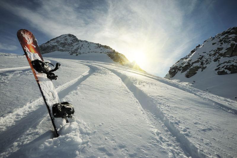 站立在雪中的滑板