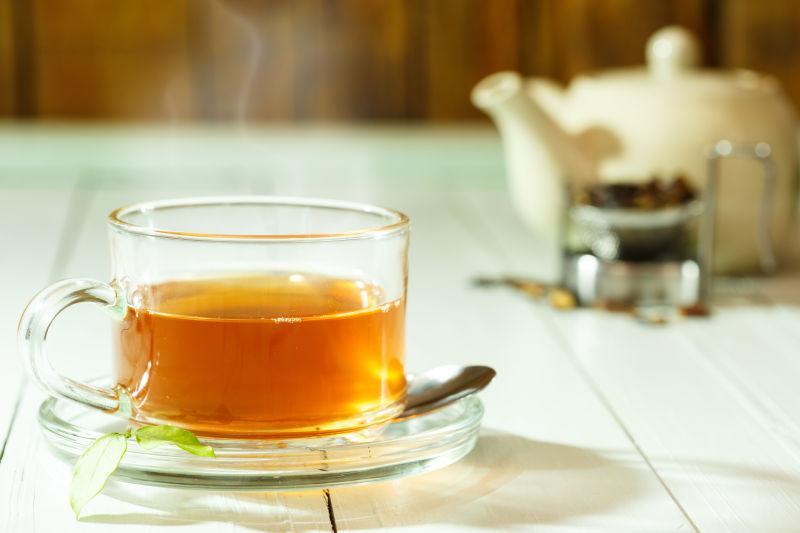 木桌上的冒着热气的茶水