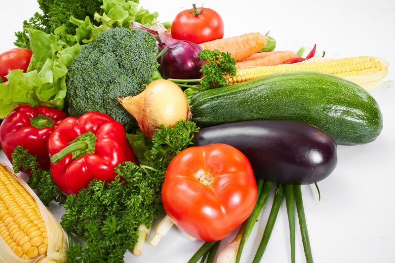 桌子上摆着的大量蔬菜