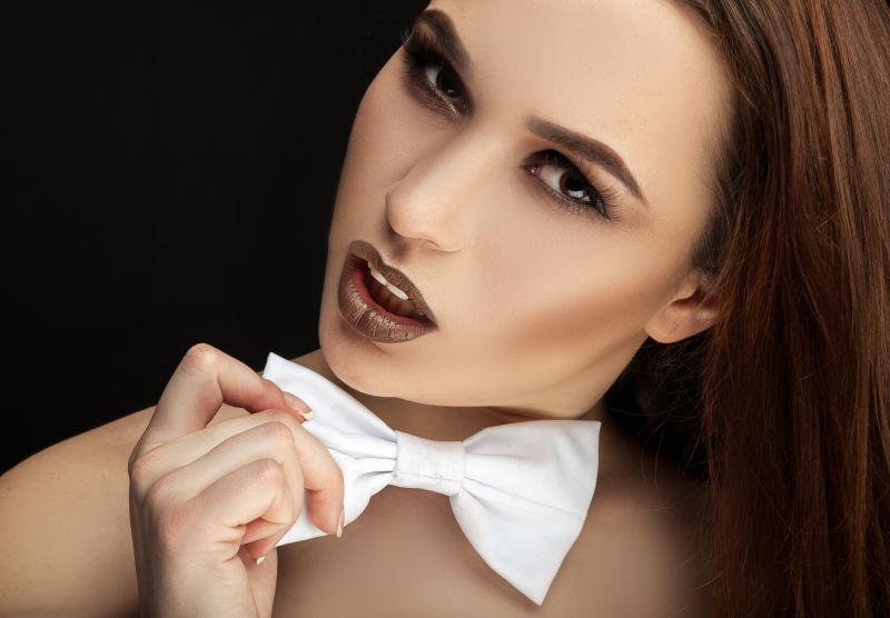 黑色背景下的美丽女孩肖像