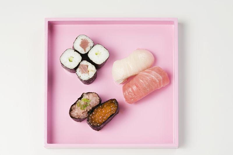 粉色盘中的寿司