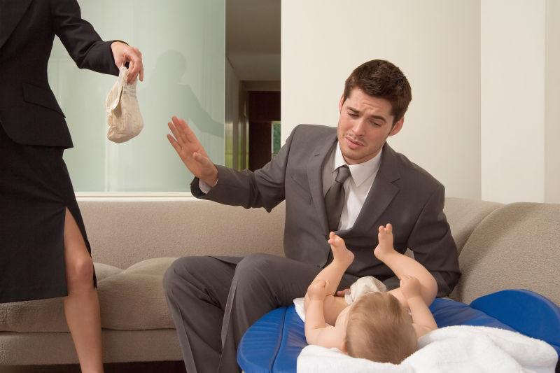 夫妻交换婴儿尿布