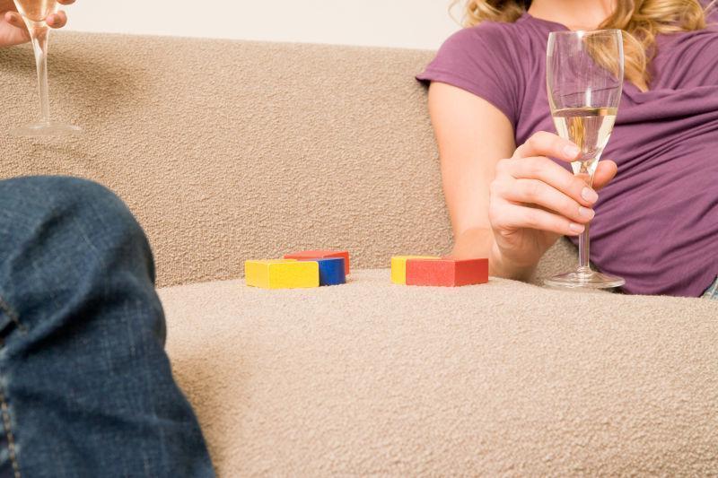 沙发上交谈的家庭