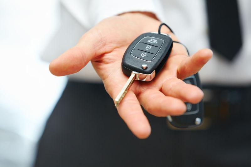 手中的汽车钥匙