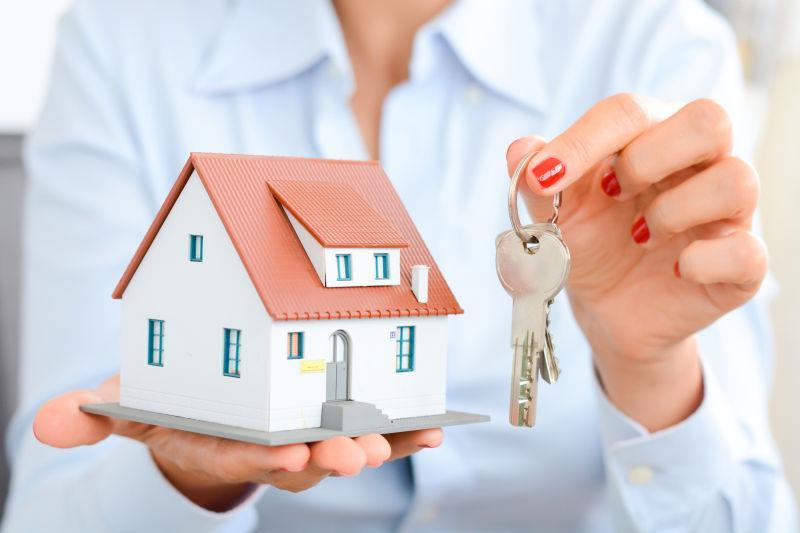 房地产中介向客户交出房产或新房钥匙