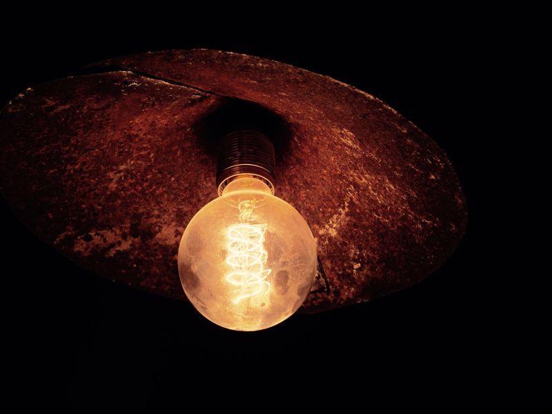 黑夜里点亮的电灯