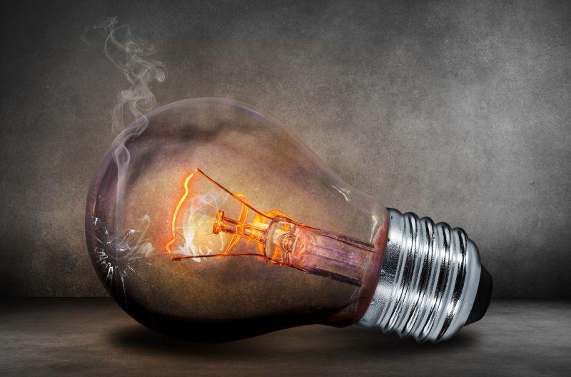 灯丝发亮冒烟的电灯泡