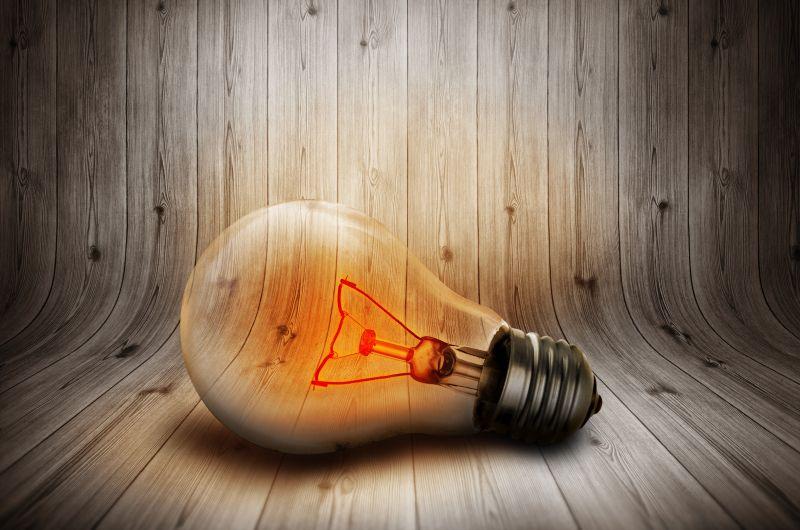 木制背景上的电灯泡