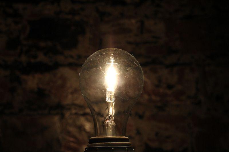 黑暗中点亮的电灯泡