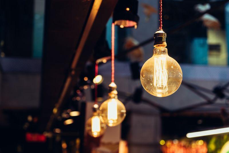 悬挂着整排的美丽电灯泡
