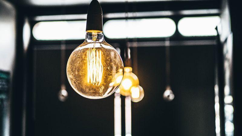 悬挂着的发亮的电灯泡