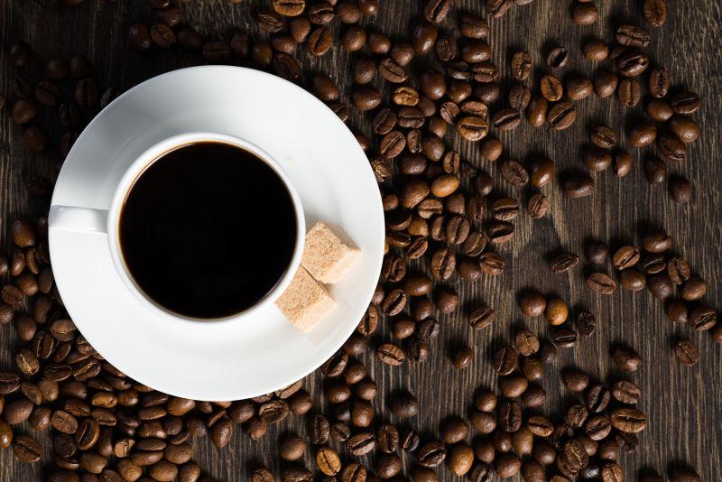 一杯黑咖啡与咖啡豆