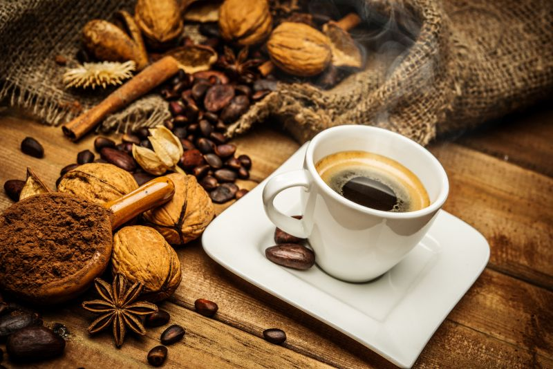 一杯咖啡与核桃咖啡豆