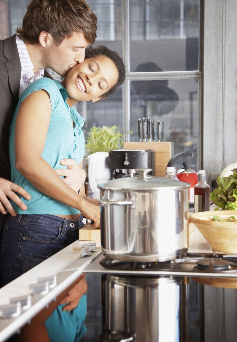 在厨房拥抱的夫妻