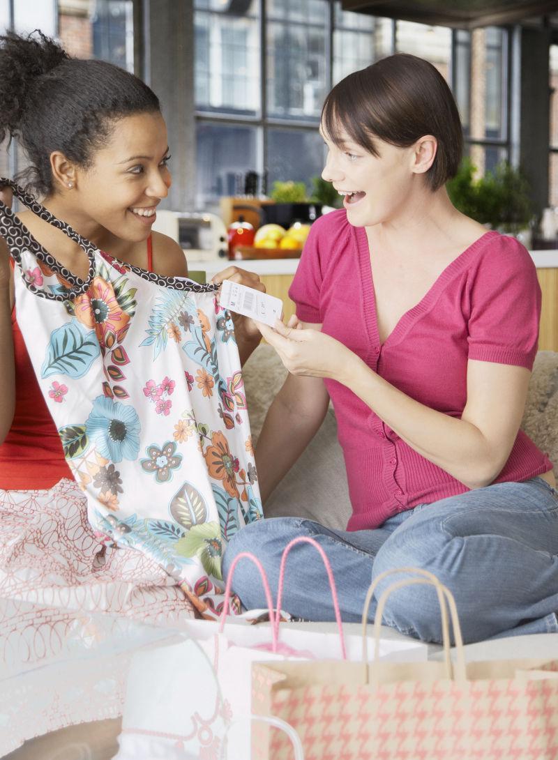 坐在客厅沙发上谈论衣服的女人