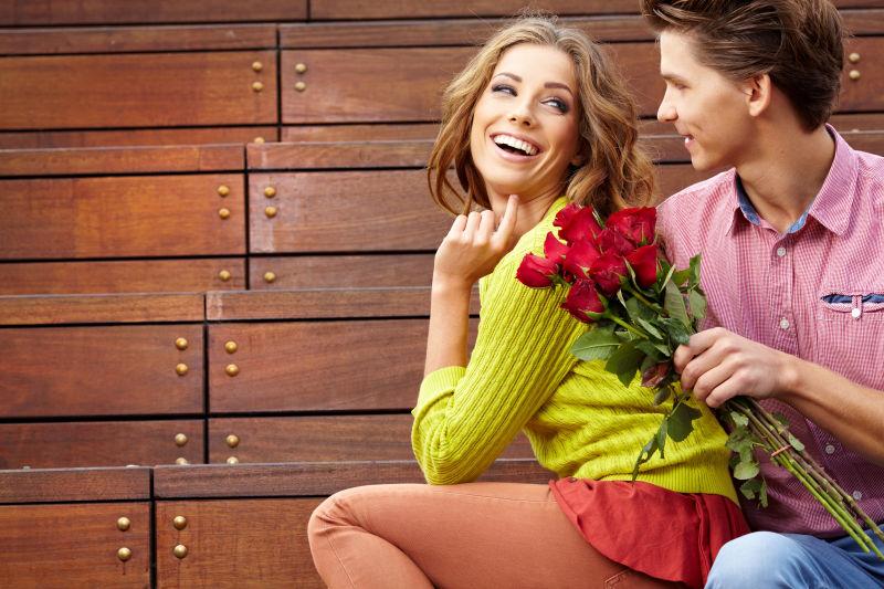 一对有说有笑的年轻夫妇