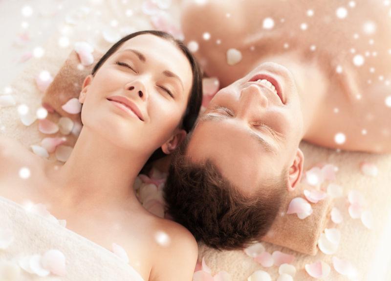 闭着眼睛躺在SPA沙龙的快乐情侣