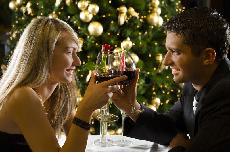 在餐厅相互对视举杯祝酒的夫妇