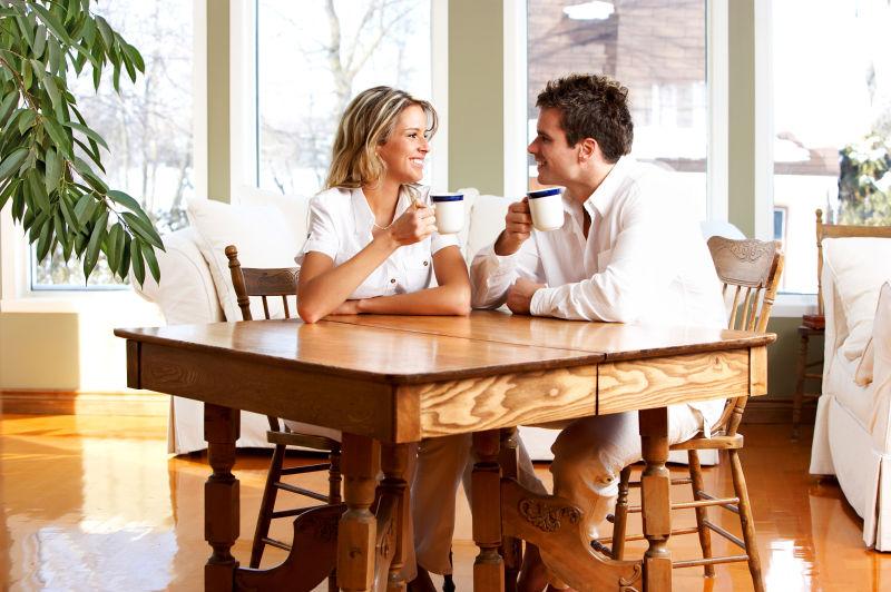 在家里吃早餐的情侣夫妇