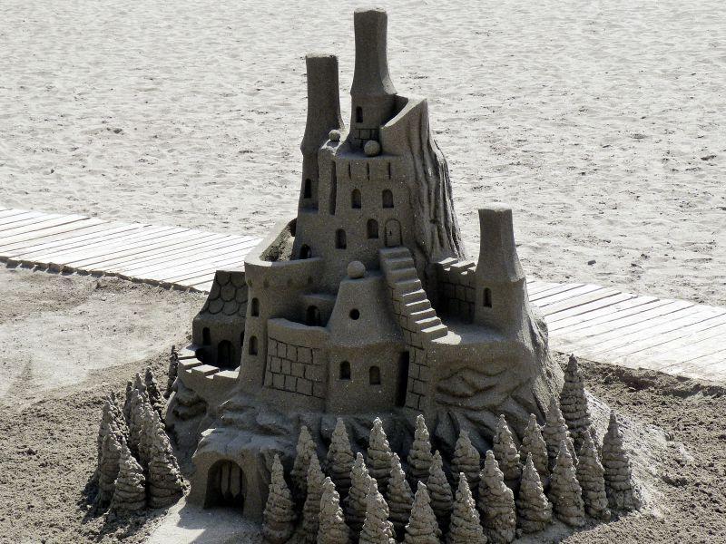 沙滩上精致的城堡沙雕