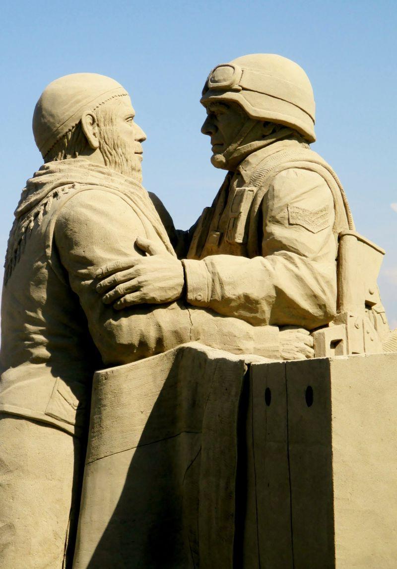 沙滩上的空军和海军人物沙子雕塑