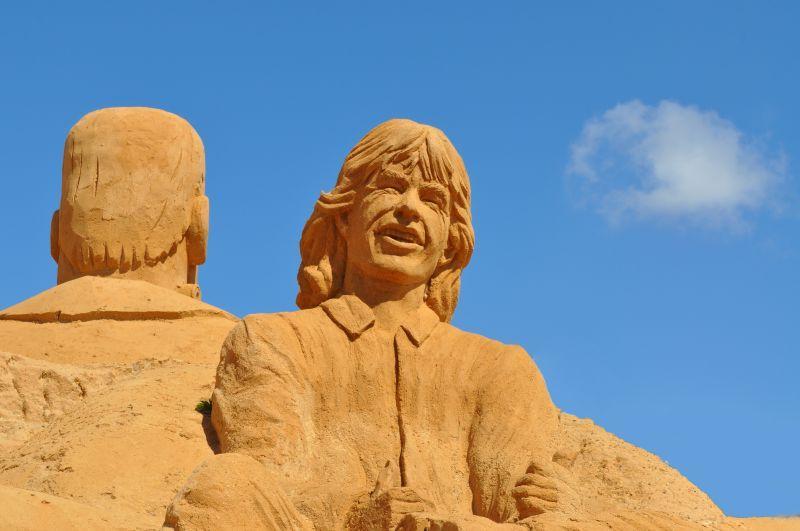 沙滩上的两个人物艺术沙子雕塑