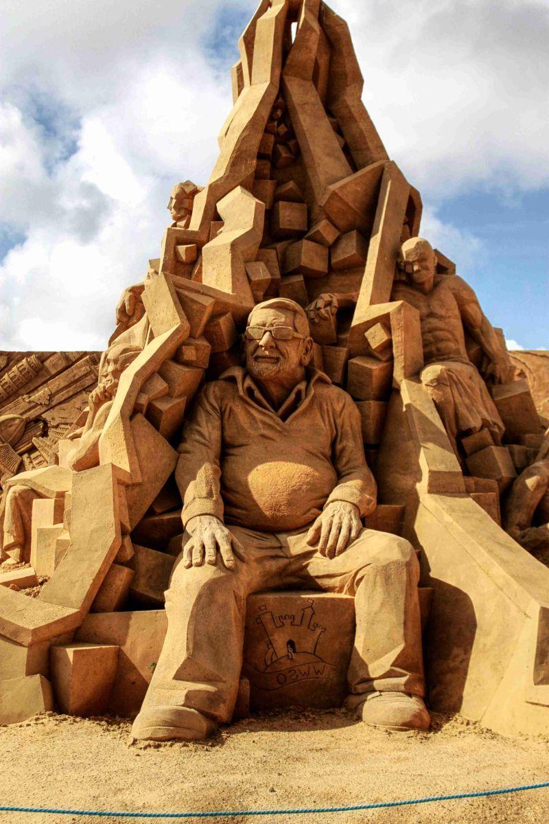 沙滩上精致的艺术沙雕