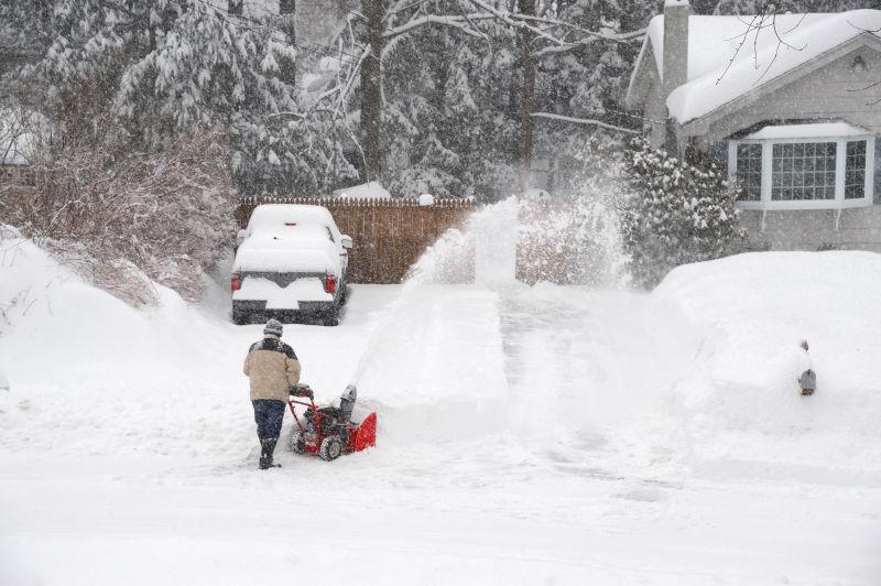 吹雪机清除房屋车道上的积雪