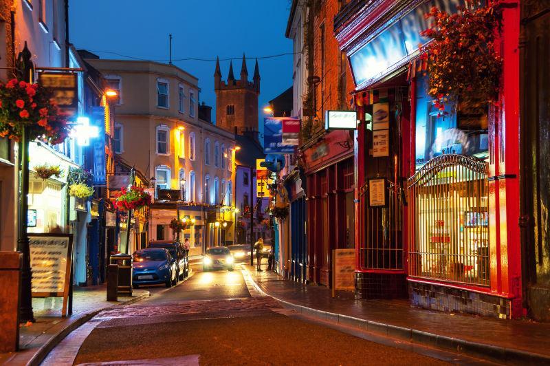 夜色下美丽的爱尔兰街道