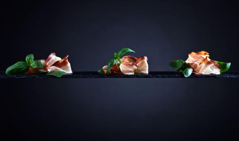 培根片与绿罗勒