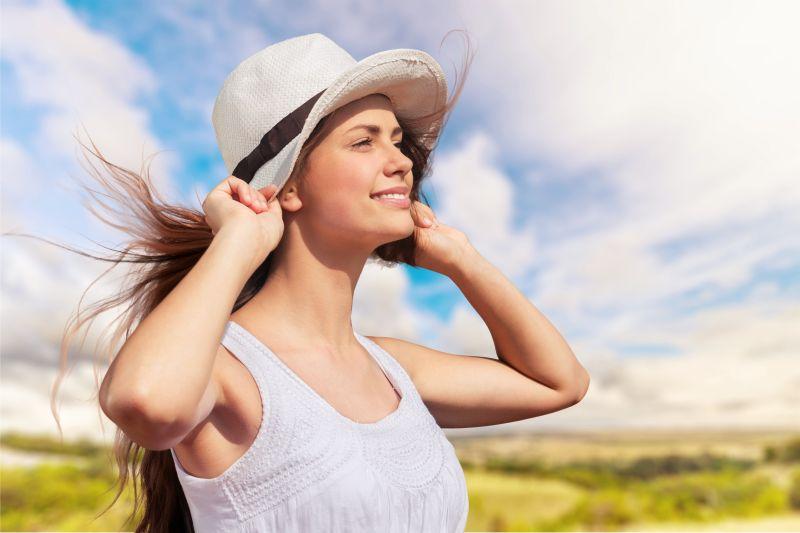 带着帽子的美女正在旅游