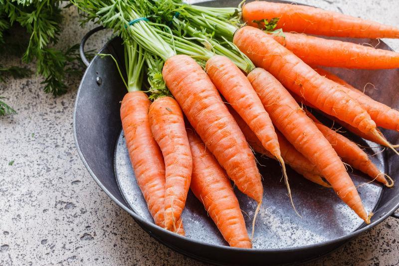 铁盆里新鲜的胡萝卜