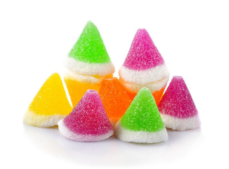 白色背景前颜色不一的糖果