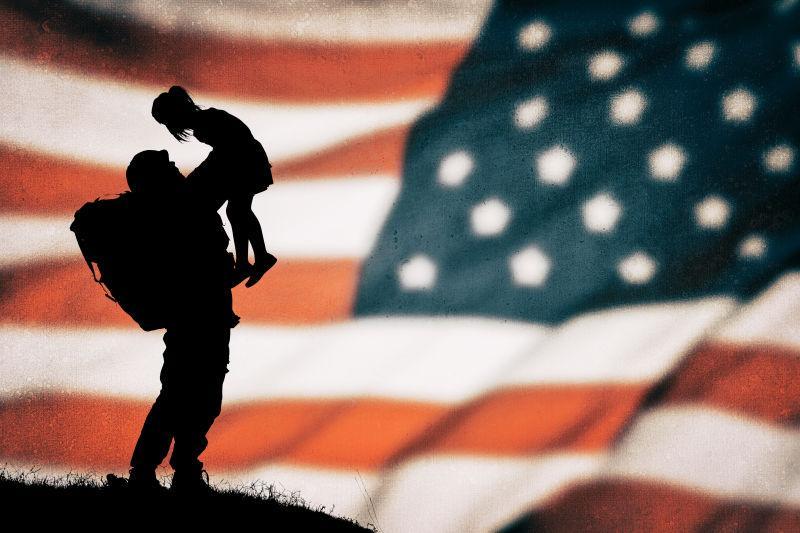 美国国旗上的美国士兵