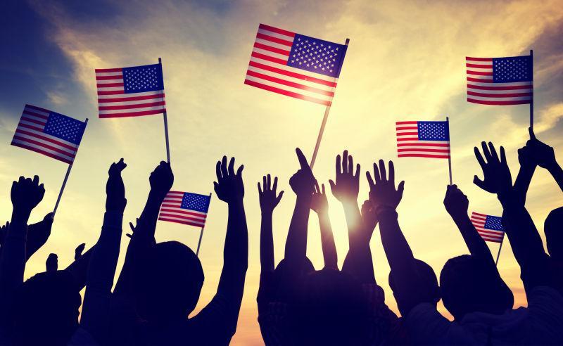 手拿美国国旗的人们