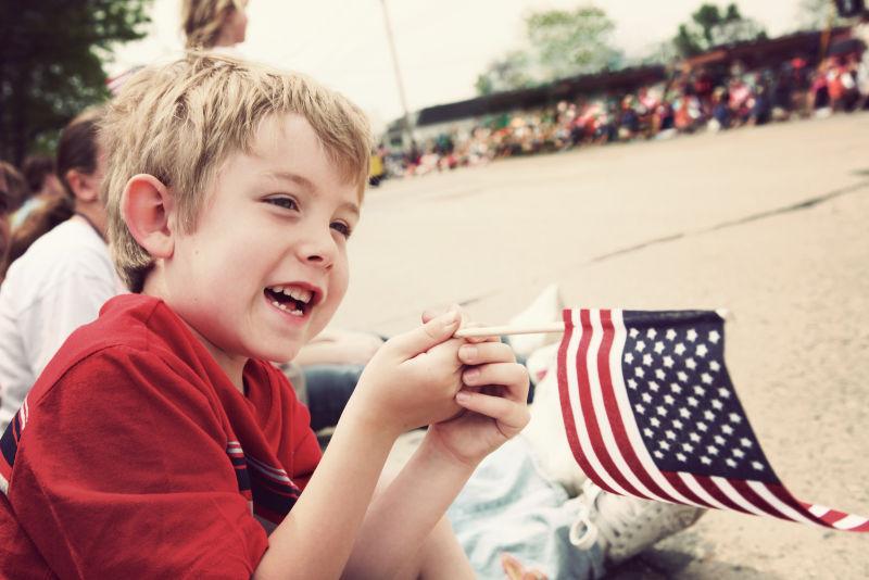 拿着美国国旗的男孩