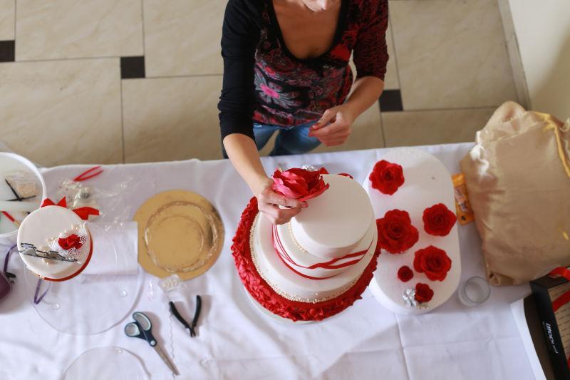 用红玛瑙花装饰婚礼蛋糕