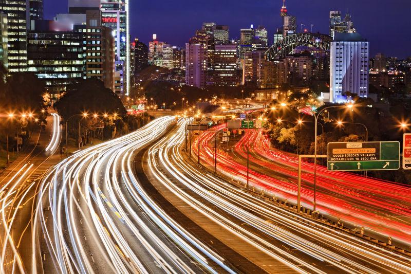 夜幕时分的悉尼城市和公路
