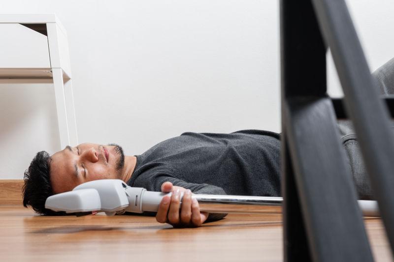打扫卫生的男人躺在地板上睡觉