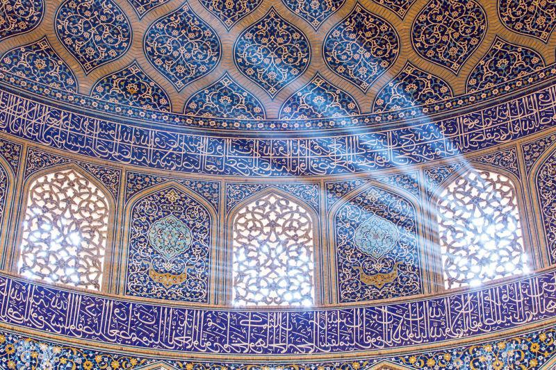 华丽装饰的清真寺室内