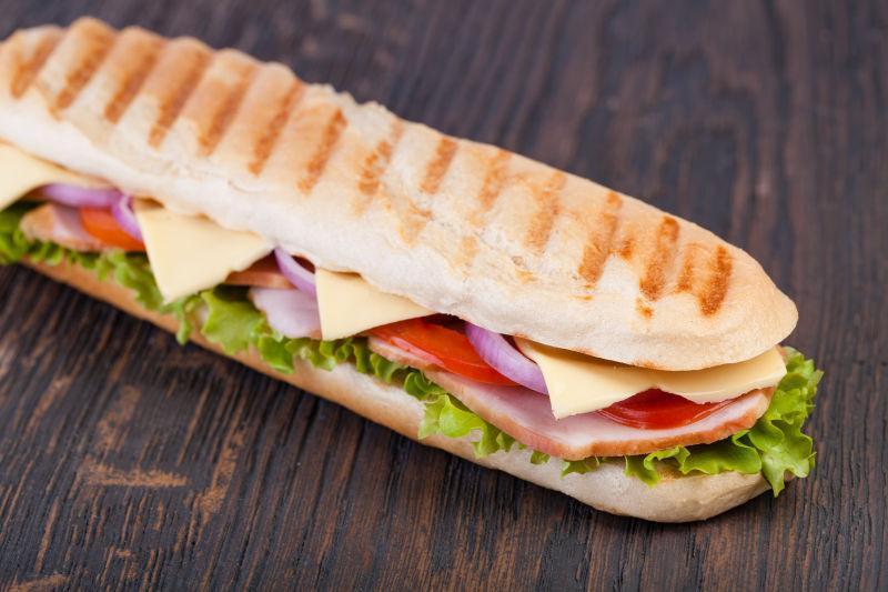 木桌上美味的培根三明治