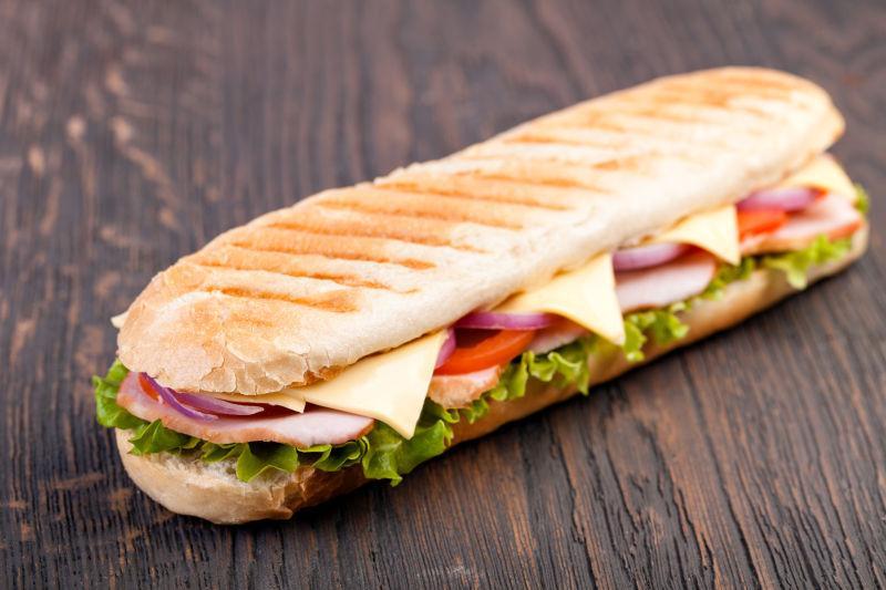 木制背景下美味的三明治