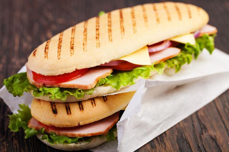 木桌上美味的两个三明治
