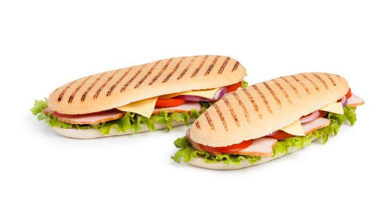 白色背景下两个美味的三明治
