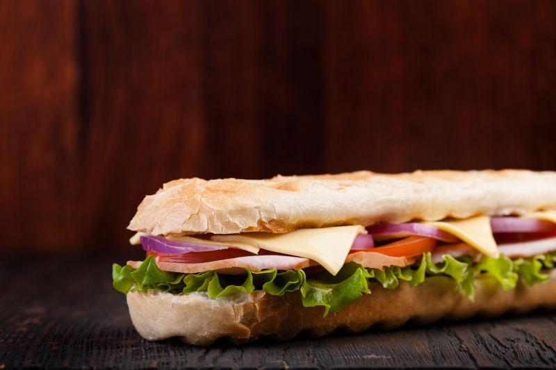 木制背景下美味的火腿三明治