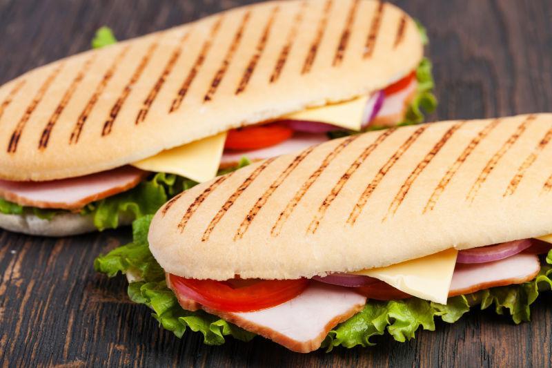 木桌上两个美味的三明治