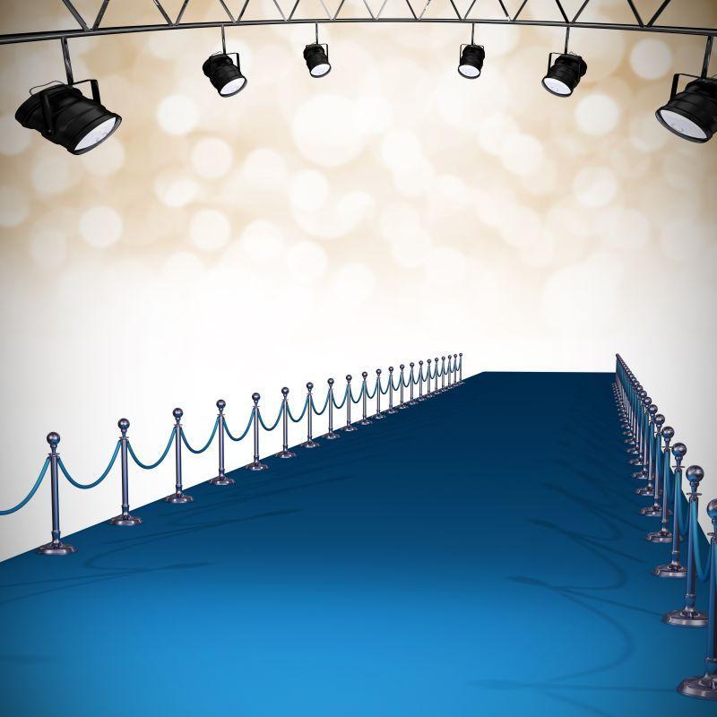 通向舞台的蓝色地毯